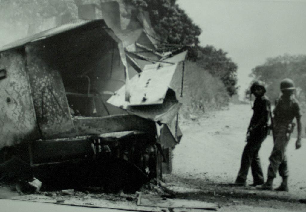 """Emboscada del Ejército. Son camiones que se le llamaban """"Mazzinger Z"""". Eran hechos en el país. Esto fue como en 1981. La guerrilla emboscó con RPG. Fuímos los primeros en llegar ahí. Habían soldados heridos. Después llegaron helicópteros y nos fuimos."""