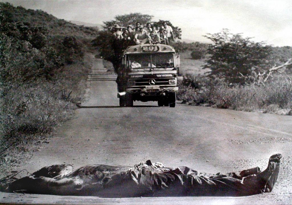 Es un cadáver de guerrillero asesinado. Los dejaban en la calle para tratar de ejemplarizar. Este es un bus de San Miguel.