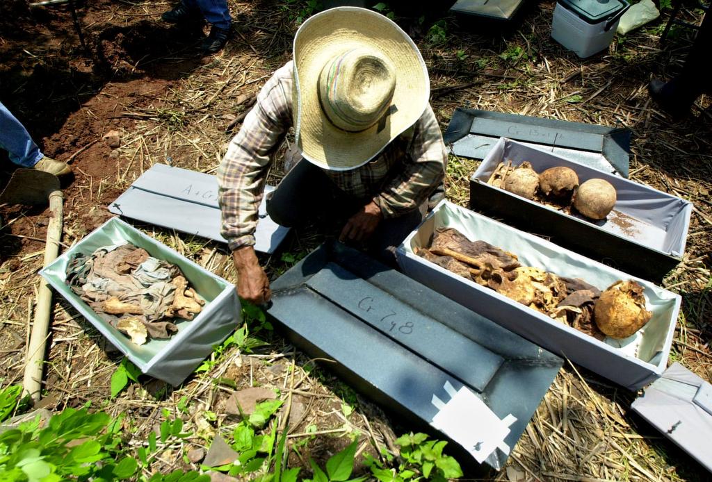 Exhumacion en Suchitodo, hace como diez años. Son cadáveres de una masacre.