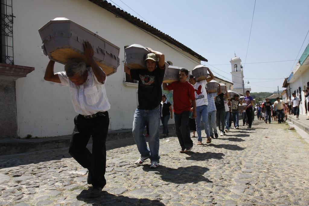 Entierro de cadáveres que exhumaron en Suchitoto.