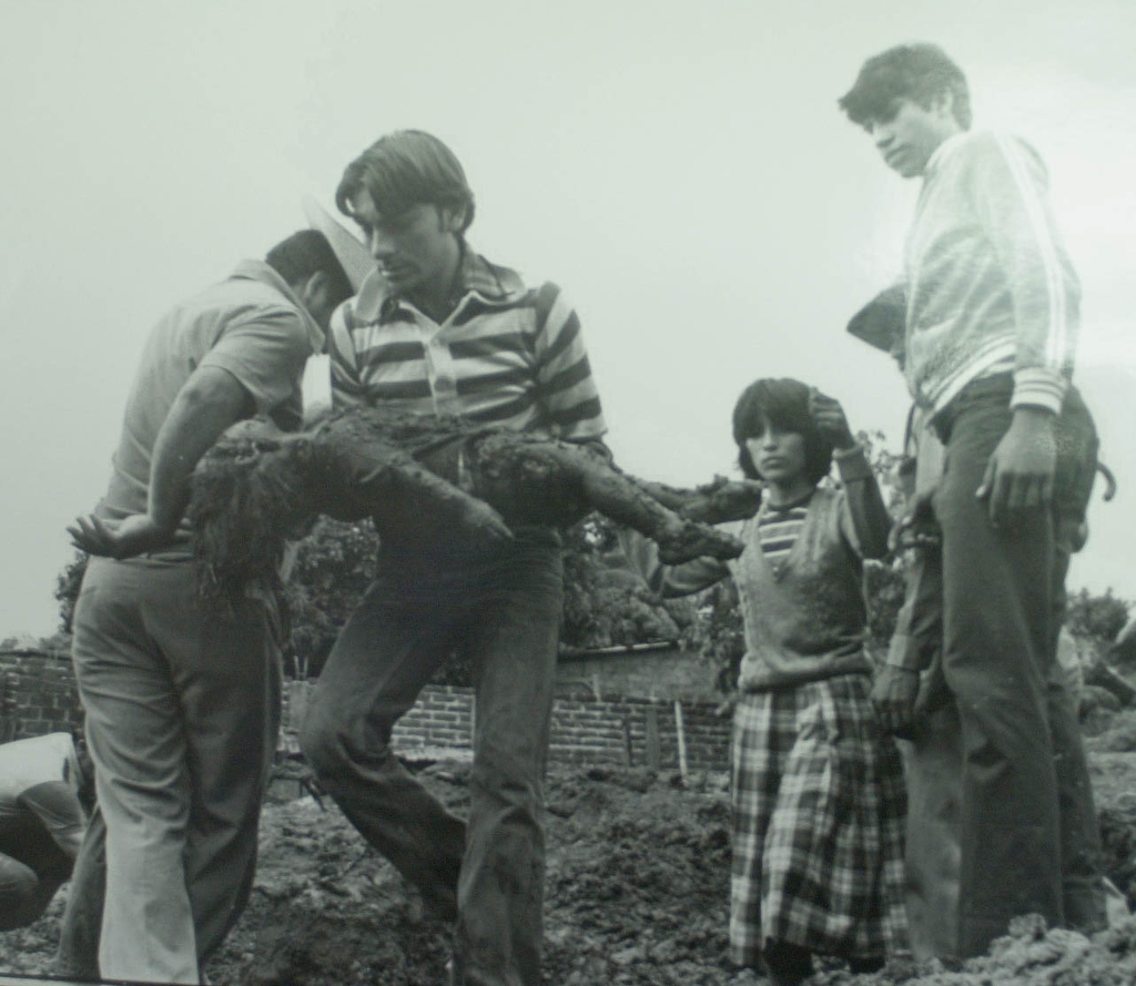 Un papá y una madre recogiendo a su hija, en 1982