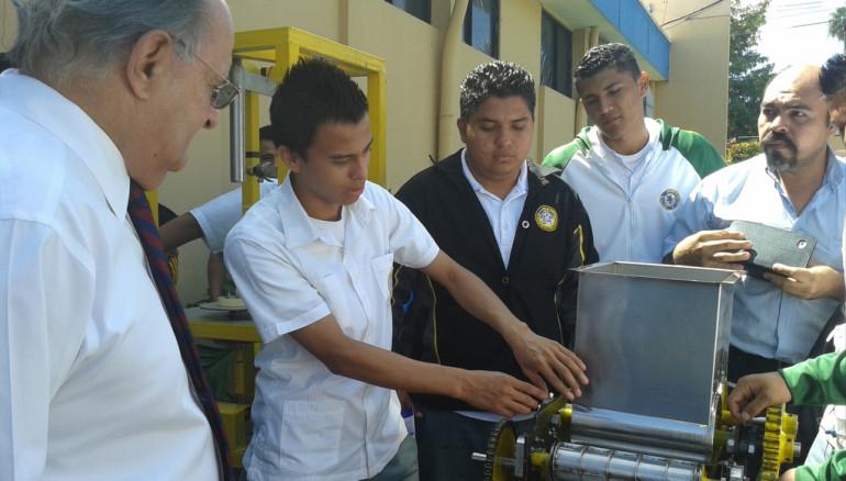 Ministro de Educación, Franzi Hato Hasbún observa proyectos tecnológicos estudiantiles. Foto D1: Rebeca Martínez.