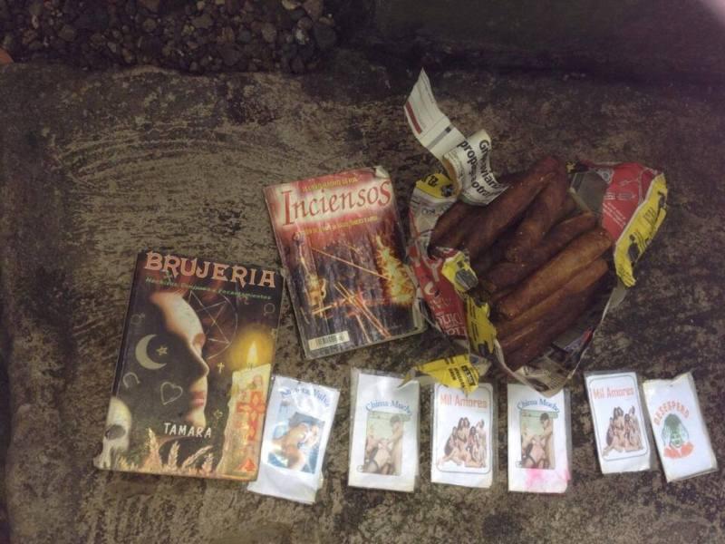 """Objetos encontrados junto al altar de la """"Santa Muerte"""". Foto cortesía PNC."""