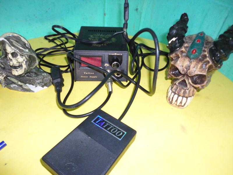 Una máquina para hacer tatuajes y unas calaveras. Foto cortesía PNC.