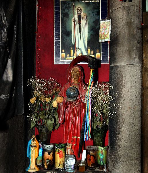 """Altar de la """"Santa Muerte"""", encontrado en un operativo de la PNC en Apopa."""