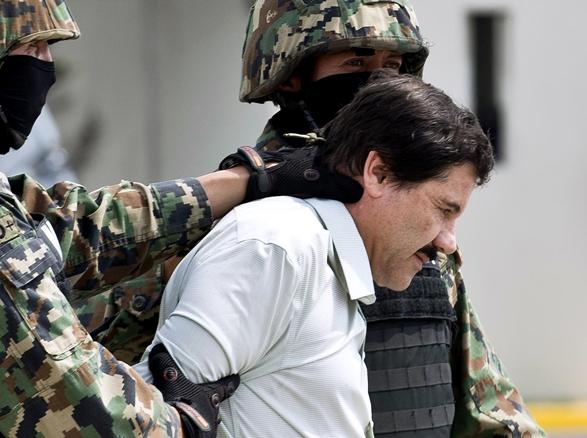 Traslado de Joaquín Chapo Guzmán en el hangar de la Marina. AFP.