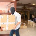 Agentes de la PNC trasladan la documentación del hotel Capital ubicado en San Salvador, que será revisada por la FGR. La Fiscalía inició anoche allanamientos en 17 propiedades de Adán Salazar, presunto líder del cártel de Texis. Foto D1: Nelson Dueñas