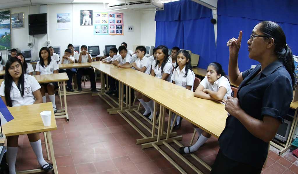 La profesora Cándida Martínez, habla con los estudiantes sobre los proyectos a ejecutar en el años en el Complejo Educativo Claudia Lars, ubicado en el municipio de San Francisco Chinamenca, en el departamento de La Paz. Foto D1: Nelson Dueñas