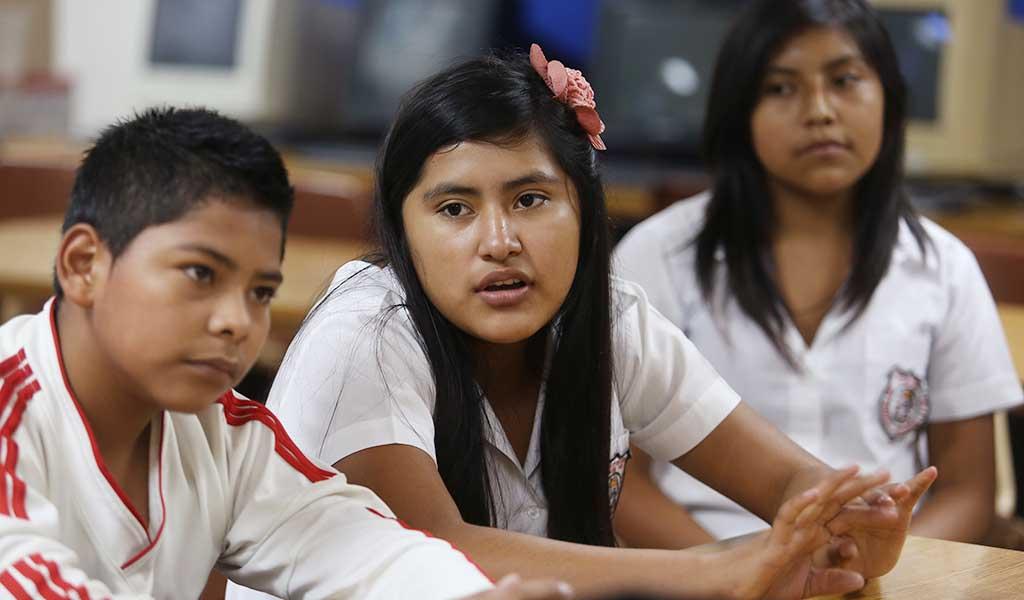 María de los Ángeles Martinez (c) junto a Bryan Gustavo Cortez, explican sobre las bondades del desarrollo de proyectos educativos. Foto D1: Nelson Dueñas.