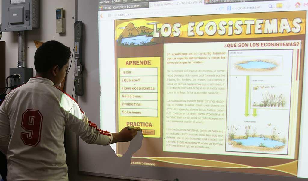 Brayan Gustavo Cortez, muestra el uso de la pizarra electrónica en el Complejo Educativo Claudia Lars. Foto D1: Nelson Dueñas.
