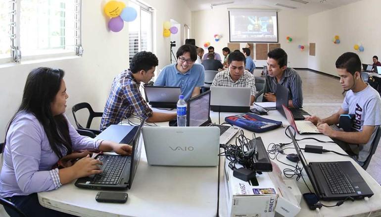 """Grupos de jóvenes que trabajan en el proyecto """"International Space App Challenge"""" auspiciado por uno de los programas de la NASA y Geocensos, desarrollado en la Casa Tomada de San Salvador.  Foto D1: Nelson Dueñas"""