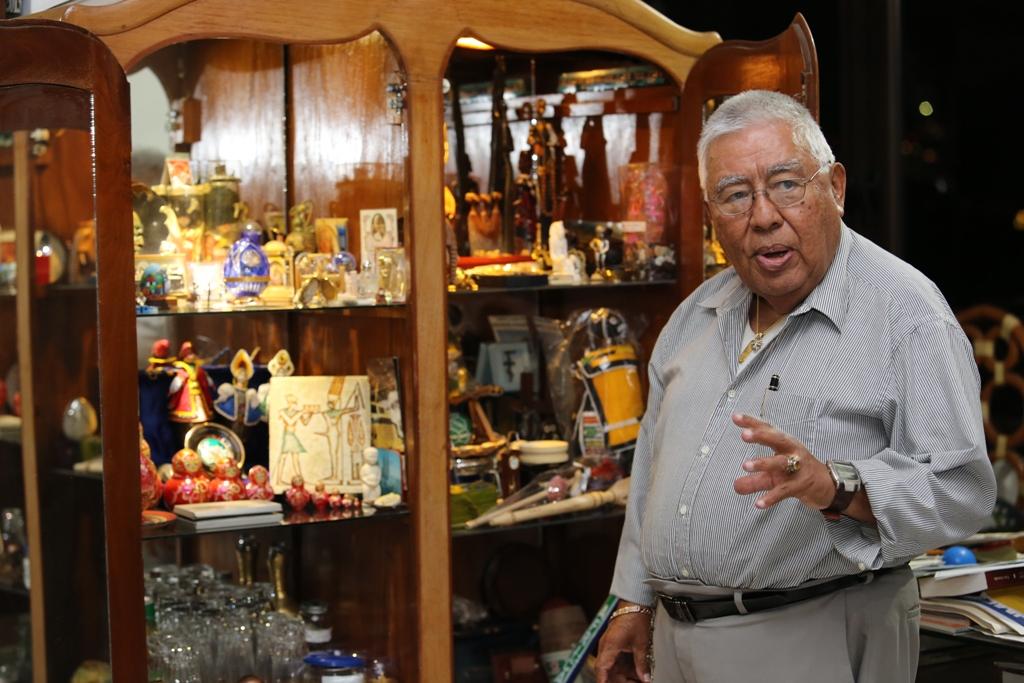 """Montes Granados muestra   un mueble que ha destinado para guardar """"souvenirs"""" recolectados en más de 11 países donde se han celebrado las copas del mundo. Foto D1: Napoleón Morales."""