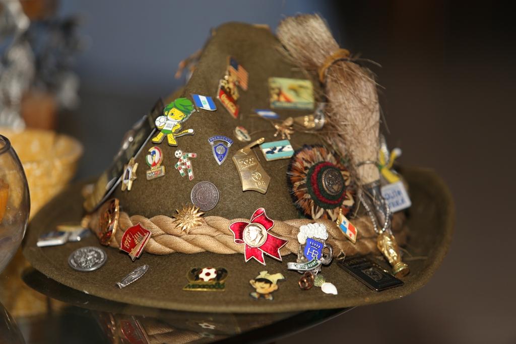 """Sombrero con una colección de los """"pines"""" con banderas, mascotas y logos de mundiales. Foto D1: Napoleón Morales."""