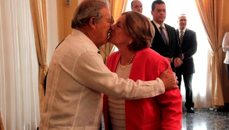 El presidente Salvador Sánchez Cerén besa a su esposa Margarita, quien minutos antes fue juramentada como directora presidenta del ISNA. Foto cortesía de CAPRES.