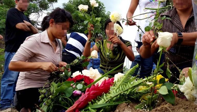 Familiares de David, el día del entierro. Foto D1: Salvador Sagastizado