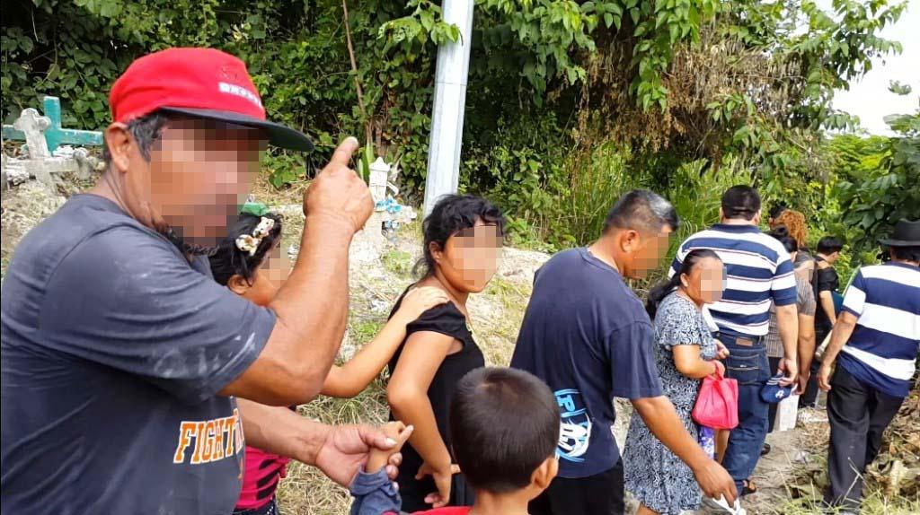 Familiares y amigos se disponen a huir. Foto D1: Salvador Sagastizado