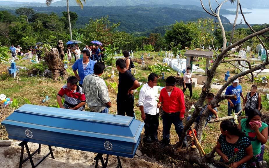 Antes de ser sepultado. Foto D1: Salvador Sagastizado