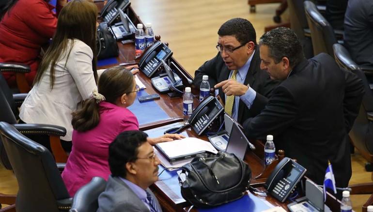 Diputados de ARENA y del FMLN conversan durante una sesión plenaria. Foto D1,archivo.