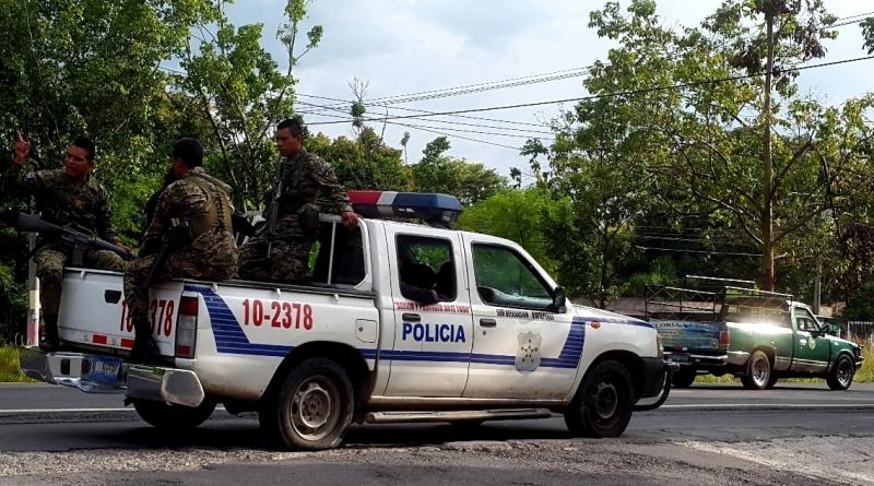 Una de las patrullas que intentó auxiliar a los familiares y amigos de David. No alcanzó a llegar porque se pinchó una llanta del pick up. Foto D1, Salvador Sagastizado.