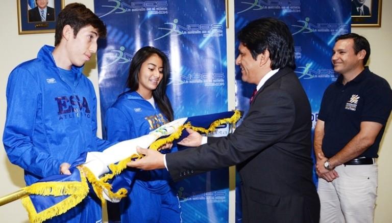 Representantes de la delegación de atletismo de nuestro país, reciben el pabellón nacional de manos del presidente del INDES Jorge Quezada. Foto D1.