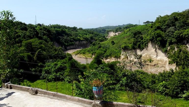El río Arenal separa los municipios de San Pedro Perulapán y el de Santa Cruz Michapa. El pecado de David es que vivía en tierra de nadie. Las pandillas se disputan la zona. Fotos D1/ Salvador Sagastizado.