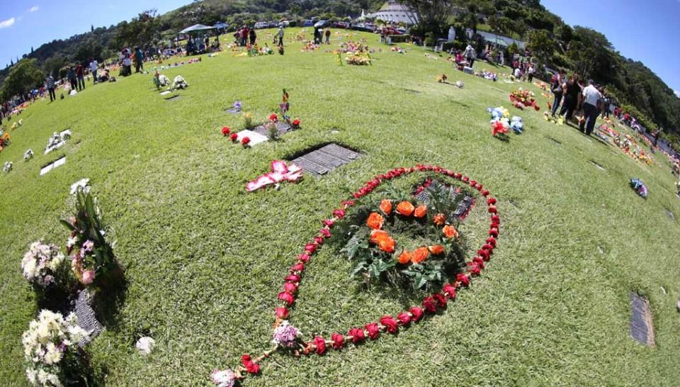 Los salvadore os recuerdan a sus difuntos diario1 for Jardines del recuerdo