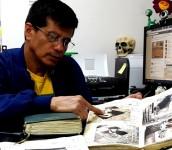 Foto D1. Salvador Sagastizado. Israel Ticas  muestra su diario íntegro una tarde que lo visitamos en su oficina.