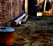 Foto D1. Salvador Sagastizado.  Afuera de la vivienda de Stanley. En ese tronco estuvo sentado el mismo día que fue encontrado muerto.