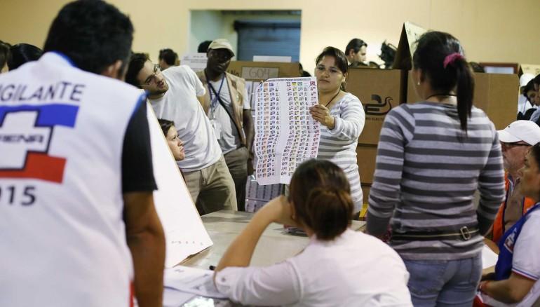 Mimebros de las Juntas Receptoras de Votos, realizan el conteo de las papeletes en el Centro de Votación del Centro de Ferias y Convenciones CIFCO. Foto D1: Nelson Dueñas.