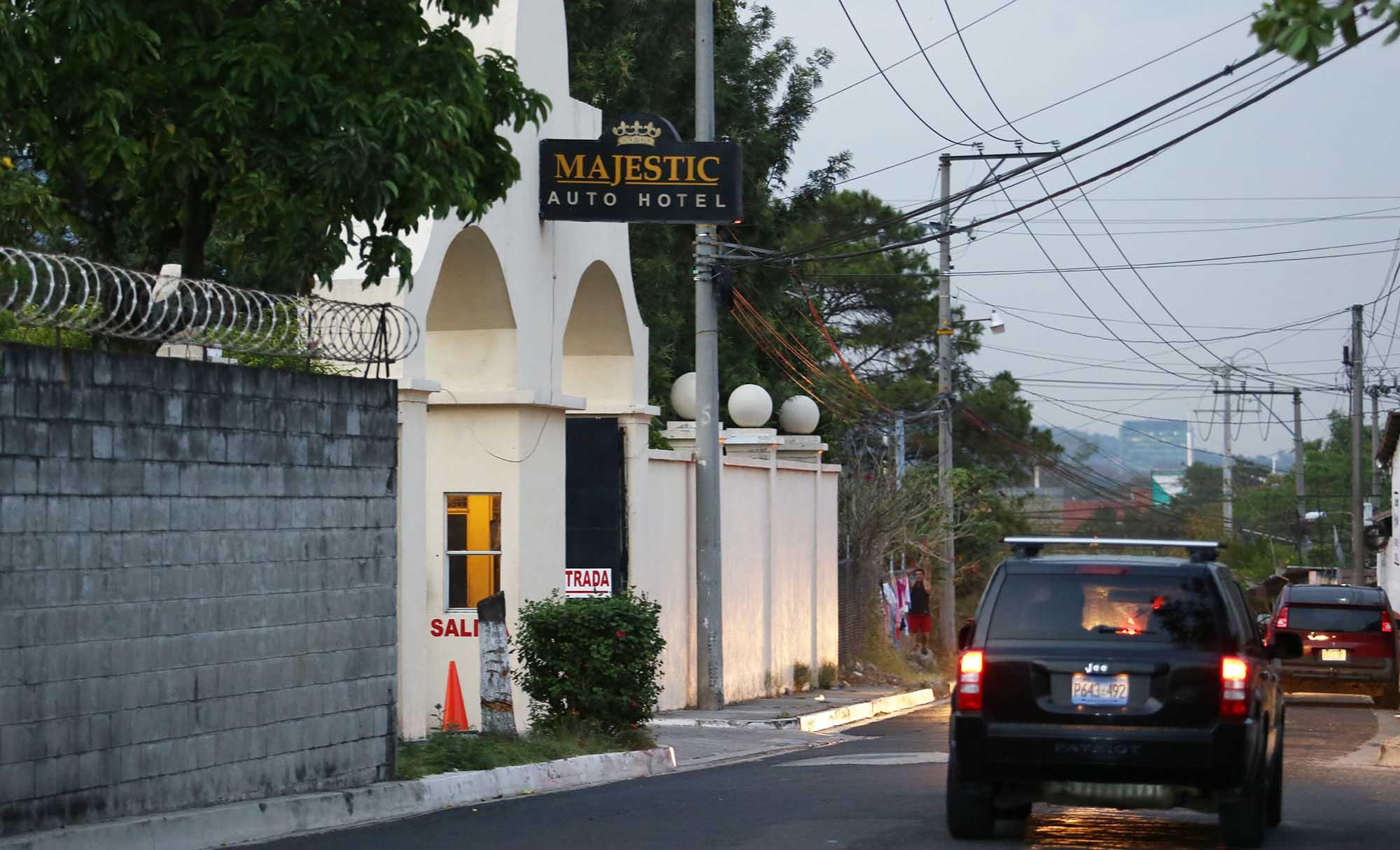 Fachada de motel ubicado en la entrada de la Colonia Santa Elena, en Antiguo Cuscatlán. Foto D1.