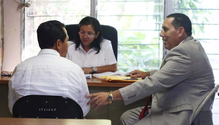 El pastor Carlos Rivas junto a su abogado Carlos Avelar. Secretaria notifica delitos por los que ha sido acusado.  Foto D1: Nelson Dueñas