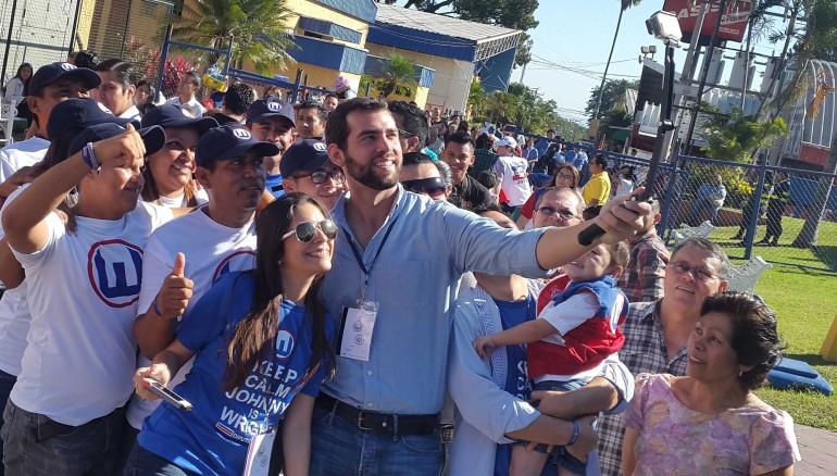 El candidato a diputado Johny Wright Sol se hace una autofoto junto a un grupo de seguidores, en el desarrollo de las elecciones de Alcaldes y Diputados 2015, en el Centro Internacional de Ferias y Convenciones (CIFCO). Foto D1: Victor Hugo Dueñas