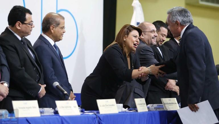 Entrega de credenciales a diputados electos para el periodo 2015-2018. Foto D1, Nelson Dueñas.