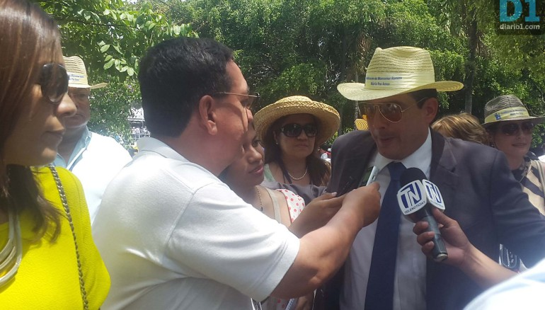 EL alcalde de Santa Tecla, Roberto d'Aubuisson, a la salida del acto de beatificación de Monseñor Romero, recibió abucheos. Foto D1: Julia Gavaerrete