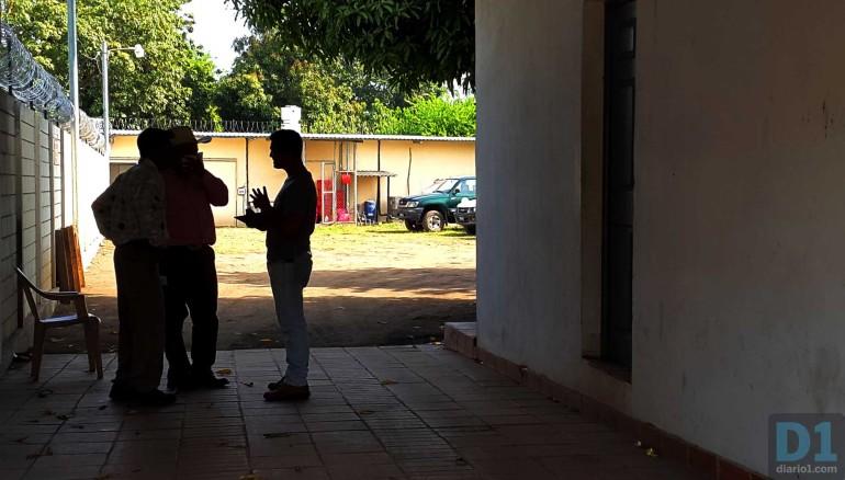 Dos hombres salen de  Medicina Lega de Usulután después de reconocer el cadáver de un familiar. Foto D1: Salvador Sagastizado