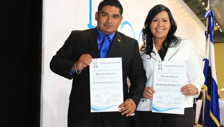El diputado de La Paz (i), Bonner Jim�nez, junto a la diputada suplente Yessenia Rivera (d) durante el recibimiento de la credenciales del Tribunal Supremo Electoral (TSE).