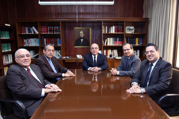 Los magistrados José Belarmino jaime (1ro izq.), Florentín Meléndez (2do izq.), magistrado presidente Óscar Armando Pineda (c),  Sidney Blanco (2do der.) y Rodolfo González (1ro der.)