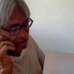 Foto D1. Salvador Sagastizado. Durante la entrevista, Roberto Cea recibe una llamada.