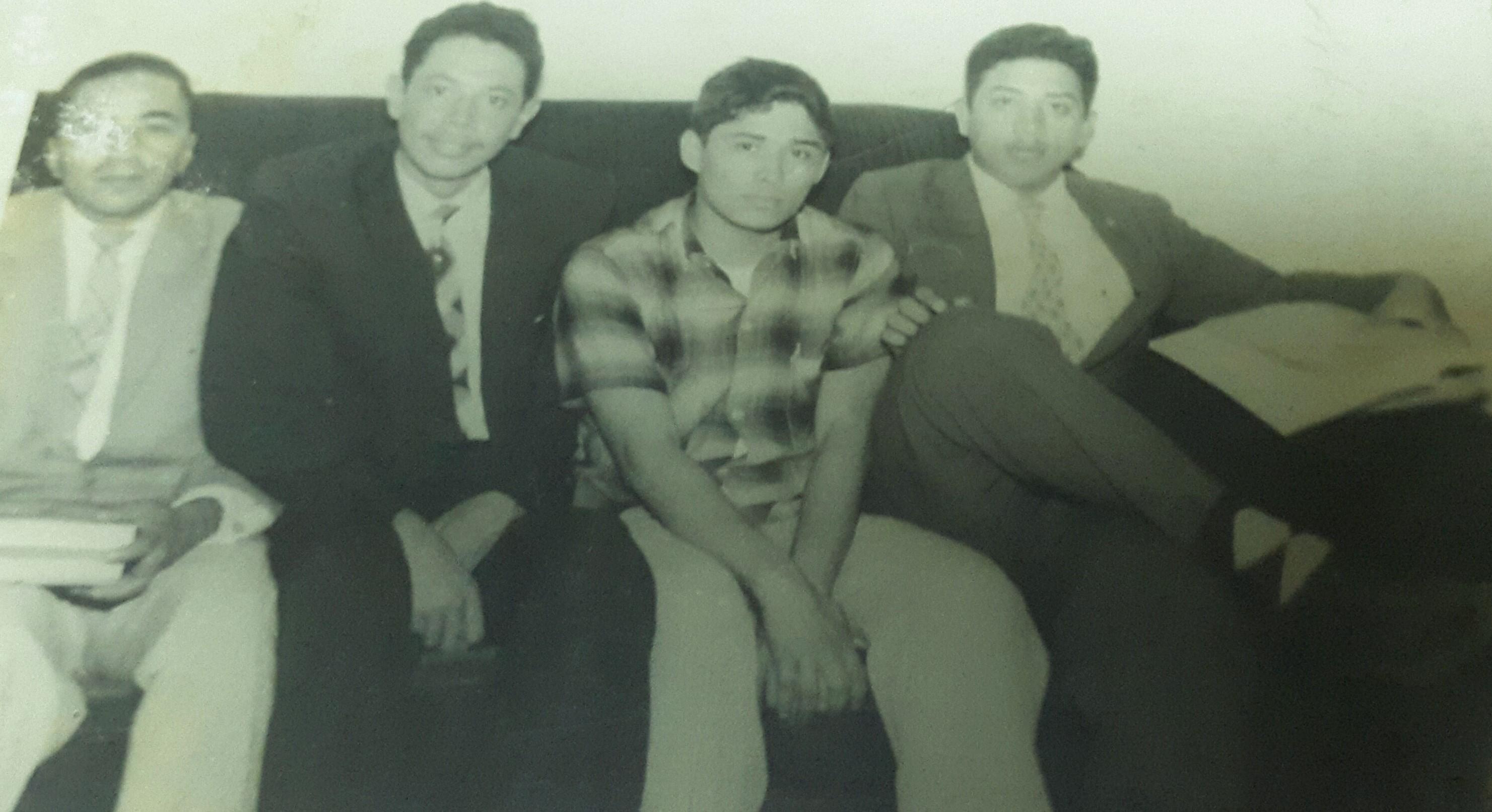 Foto D1. Salvador Sagastizado. De izquierda a derecha: Manlio Argueta, Roberto Cea, Alfonso Kijadurías en casa de Oswaldo Escobar Velado en 1954.