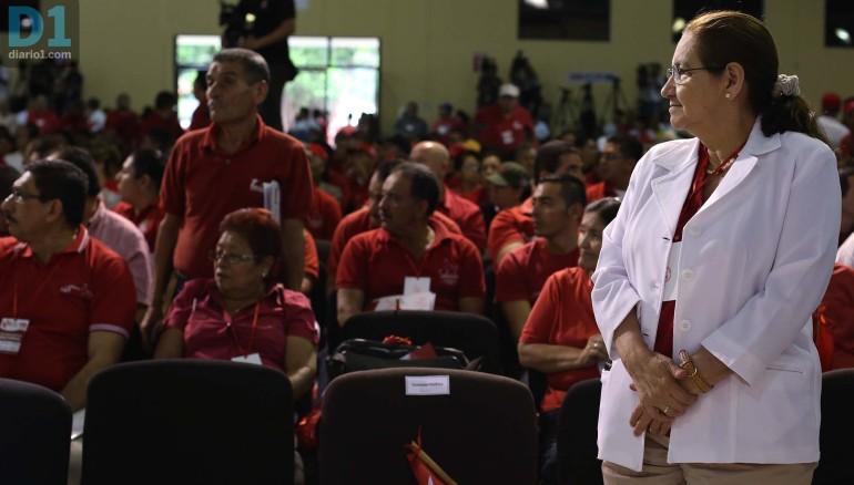 Norma Guevara observa a asambleístas que acudieron a una convención del FMLN en agosto de 2014. Foto D1: Nelson Dueñas.