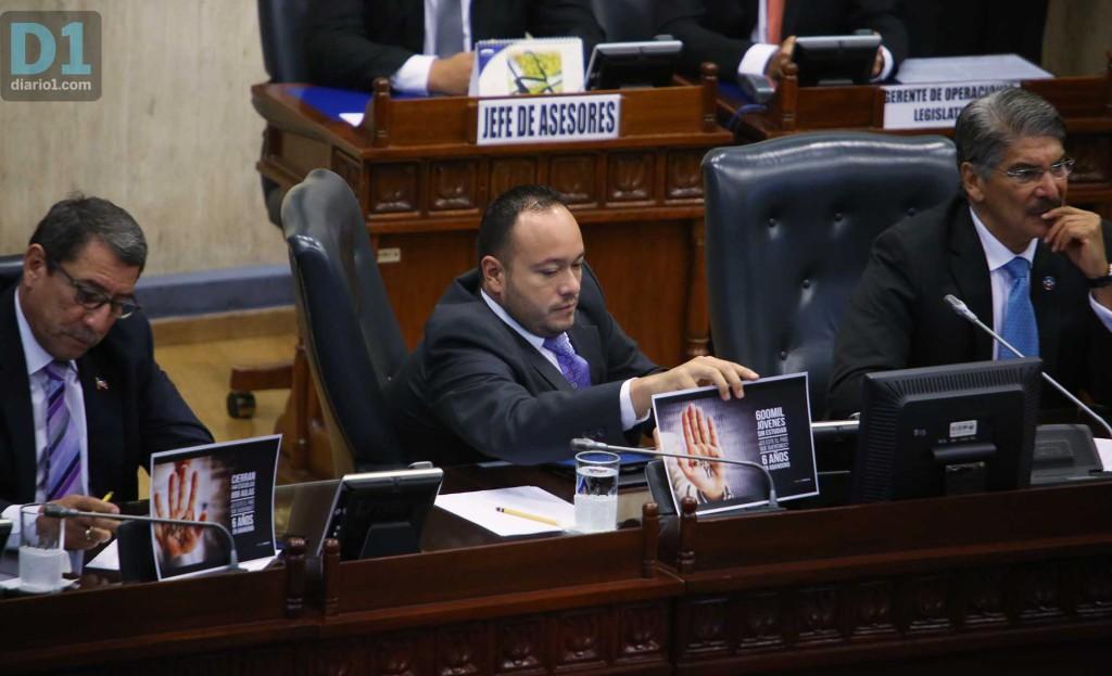 El diputado de ARENA David Reyes coloca carteles contra el gobierno de Sánchez Cerén. Foto D1: Nelson Dueñas