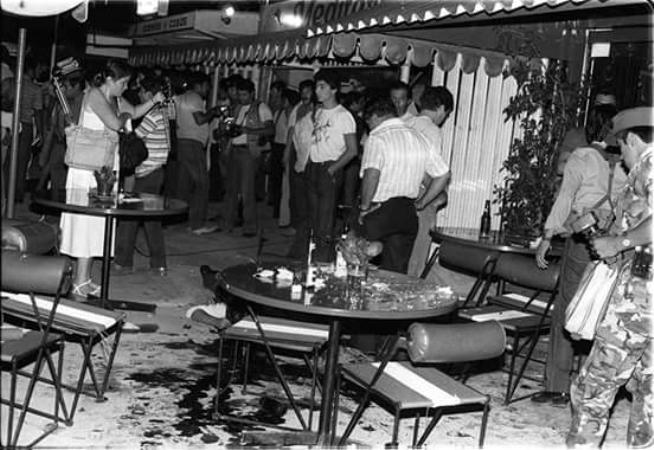 """Foto de la escena dejada por el atentado contra los """"marines"""" estadounidenses en la Zona Rosa."""