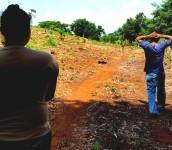 Padres de Abi caminan hacia su casa. Foto D1: Salvador Sagastizado