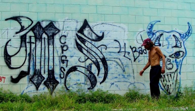 La presencia de pandillas en un territorio se expone mayoritariamente por los grafittis en las paredes. Foto: D1. Salvador Sagastizado