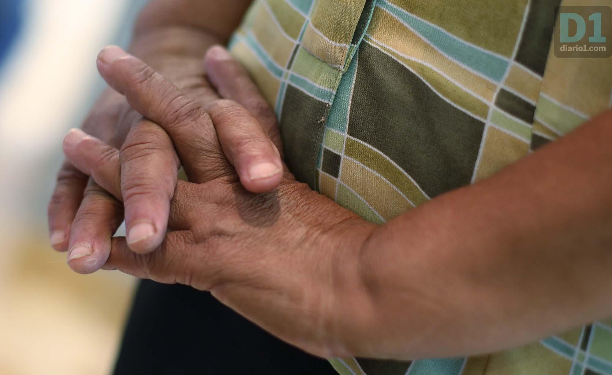 Las manos de doña Teresa mientras narra la muerte de su hijo. Foto: D1. Nelson Dueñas.
