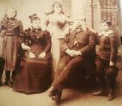 Retrato de la familia Guirola. Al centro, el coronel Benjamín Molina Guirola, tatarabuelo de doña María Mercedes - Foto: D1. Bryan Avelar
