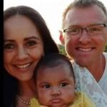 Los padres han creado una página en Facebook donde publican las imágenes con el bebé que habrían recibido en el hospital.