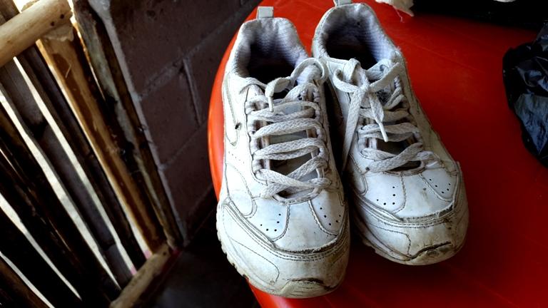 Foto D1. Salvador Sagastizado. En la casa aún hay un par de zapatos del niño David.