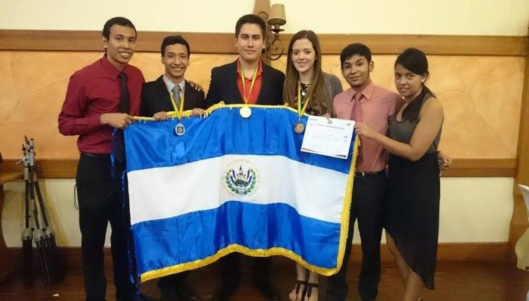 La delegación de El Salvador se conformó por cuatro estudiantes y dos delegados. Imagen tomada del Facebook de Grupo Olímpico Fisica El Salvador.