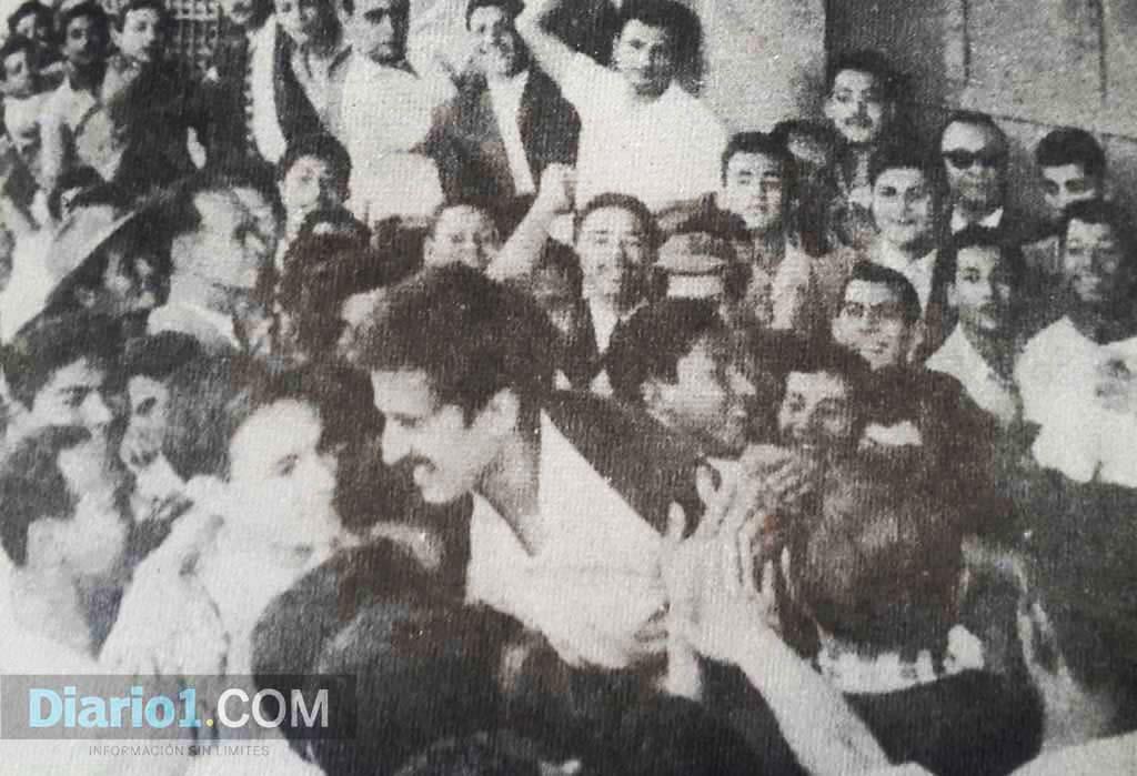 Foto D1. Roque Dalton es cargado entre los brazos del pueblo tras recuperar su libertad luego del golpe de Estado al presidente José María Lemus. El poeta Italo López Vallecillos también fue liberado ese día.